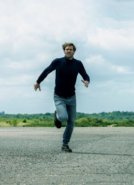 CollaborationJS MAN IN JEANS RUNNING IN COUNTRYSIDE Men