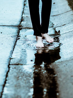 Elisabeth Ansley BARE FEMALE FEET WALKING IN PUDDLE Women