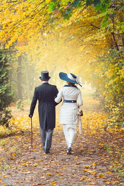 Joanna Czogala EDWARDIAN COUPLE WALKING ARM IN ARM IN COUNTRYSIDE Couples