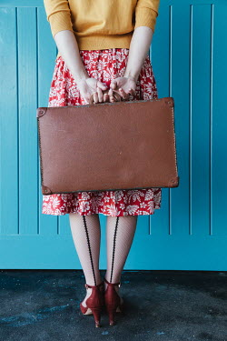 Matilda Delves RETRO WOMAN CARRYING SUITCASE AT RAILWAY STATION Women