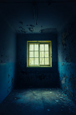 Natasza Fiedotjew barred window in abandoned room