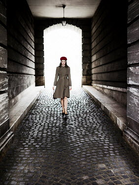 Nikaa WOMAN WITH BERET WALKING IN TUNNEL Women