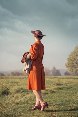 Joanna Czogala RETRO WOMAN WITH HAT IN SUMMERY COUNTRYSIDE Women