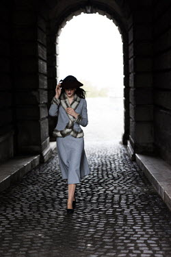 Nikaa RETRO WOMAN WALKING COBBLED TUNNEL Women