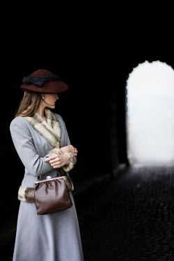 Nikaa RETRO WOMAN WITH HAT INSIDE TUNNEL Women