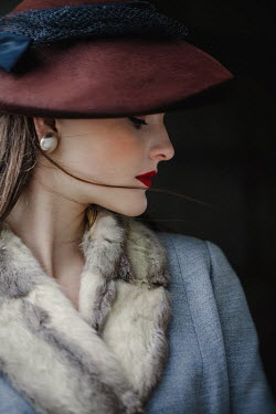 Nikaa RETRO WOMAN WITH HAT AND FUR COLLAR Women