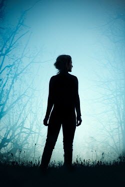 Natasza Fiedotjew silhouette of modern woman standing in woods