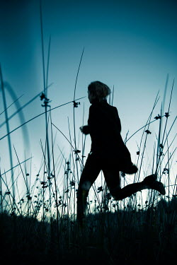 Natasza Fiedotjew silhouette of modern woman running in high grass