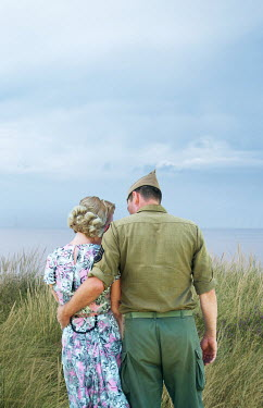 Elisabeth Ansley 1940S SOLDIER HUGGING BLONDE WOMAN BY SEA Couples