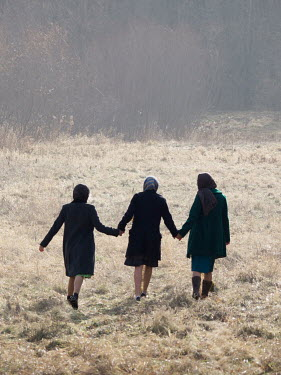 Elisabeth Ansley THREE RETRO WOMEN HOLDING HANDS IN FIELD Groups/Crowds