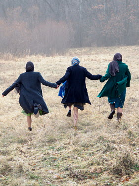 Elisabeth Ansley THREE WOMAN RUNNING HOLDING HANDS IN FIELD Groups/Crowds