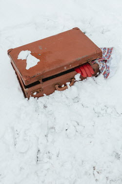 Matilda Delves OPEN SUITCASE LYING IN SNOW Miscellaneous Objects