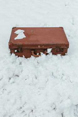 Matilda Delves BROWN SUITCASE LYING IN SNOW Miscellaneous Objects