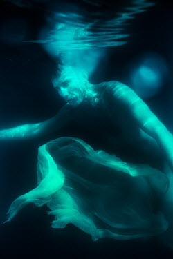 Magdalena Russocka body of naked man floating under water