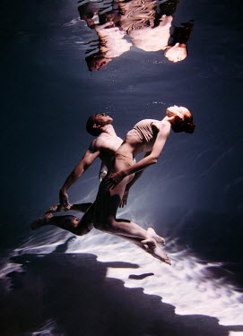 Marta Syrko COUPLE SWIMMING UNDERWATER Couples