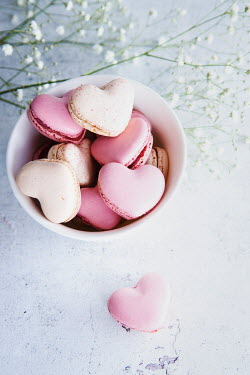 Isabelle Lafrance BOWLOF HERAT-SHAPED MACAROONS WITH FLOWERS