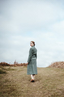 Matilda Delves RETRO WOMAN WALKING IN COUNTRYSIDE