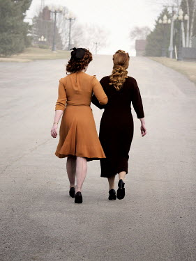 Elisabeth Ansley 1940S WOMEN WALKING ARM IN ARM IN ROAD