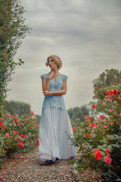 Nikaa BLONDE RETRO WOMAN WALKING IN GARDEN