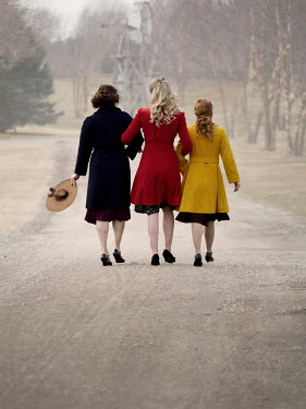 Elisabeth Ansley 1940S WOMEN WALKING IN COUNTRY ROAD
