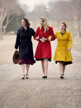 Elisabeth Ansley 1940S WOMEN WALKING IN COUNTRY ROAD