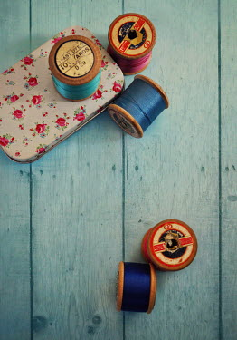 Lyn Randle MULTICOLOURED COTTON REELS WITH TIN
