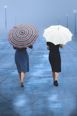 Elisabeth Ansley TWO RETRO WOMEN WALKING WITH UMBRELLAS