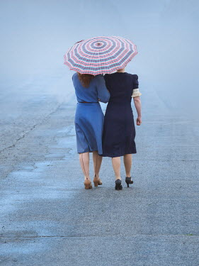 Elisabeth Ansley TWO RETRO WOMEN WALKING SHARING UMBRELLA