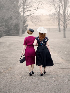 Elisabeth Ansley 1940S WOMEN WALKING ARM IN ARM IN COUNTRY ROAD