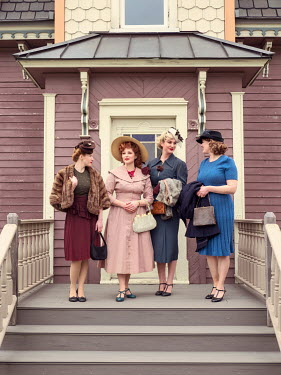 Elisabeth Ansley GROUP OF RETRO WOMEN OUTSIDE HOUSE