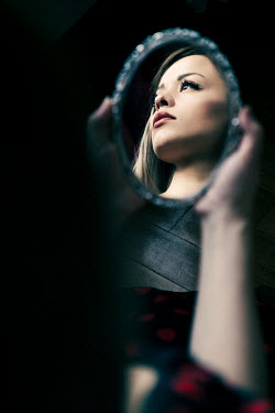 Ebru Sidar BLONDE GIRL HOLDING SMALL MIRROR INDOORS