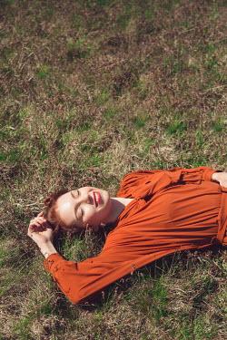 Joanna Czogala SMILING RETRO WOMAN LYING ON GRASS
