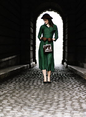 Nikaa RETRO WOMAN WITH HAT STANDING IN TUNNEL