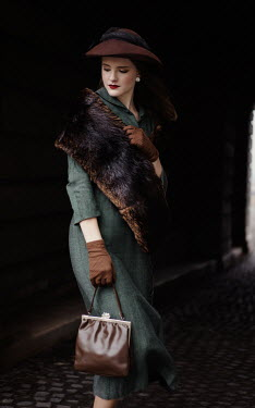 Nikaa RETRO WOMAN WITH HAT AND FUR STOLE OUTDOORS