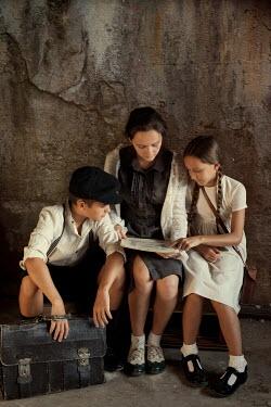 Kerstin Marinov RETRO FAMILY SITTING READING