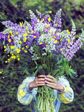 Marina Chebanova WOMAN HOLDING BOUQUET OF FLOWERS OUTDOORS
