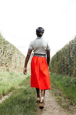 Matilda Delves RETRO WOMAN WALKING IN COUNTRY LANE