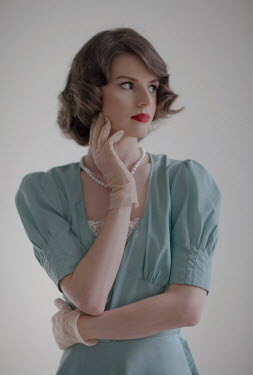 Nikaa BRUNETTE RETRO WOMAN WITH PEARLS AND GLOVES