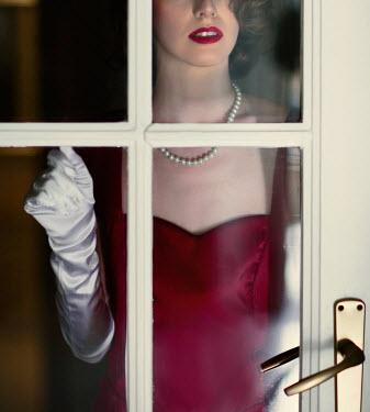 Nikaa RETRO WOMAN KNOCKING ON GLASS DOOR
