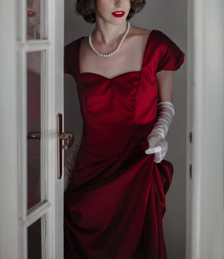 Nikaa RETRO WOMAN IN RED ENTERING THROUGH DOOR