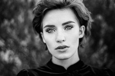 Nathalie Seiferth SERIOUS WOMAN WITH SHORT HAIR OUTDOORS