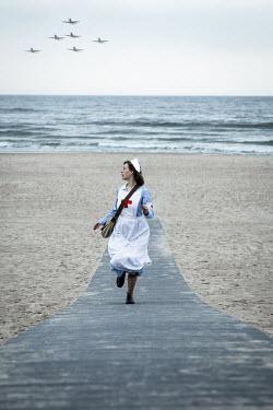 Natasza Fiedotjew war nurse running away from approaching air force on seashore