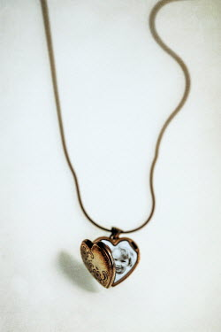 Sally Mundy GOLD LOCKET WITH PHOTO OF LITTLE GIRL