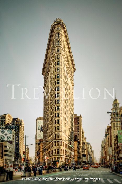 Evelina Kremsdorf THE FLATIIRON SKYSCRAPER IN NEW YORK Specific Cities/Towns
