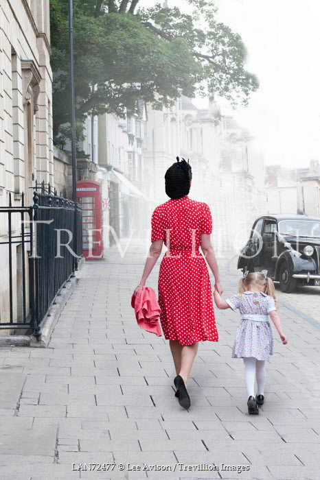 Lee Avison RETRO MOTHER AND CHILD ON LONDON STREET Groups/Crowds