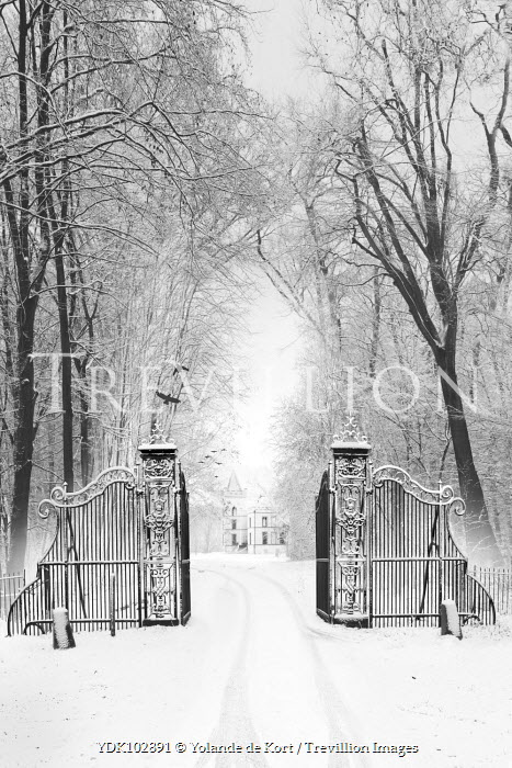 Yolande de Kort gates leading to grand house in the snow