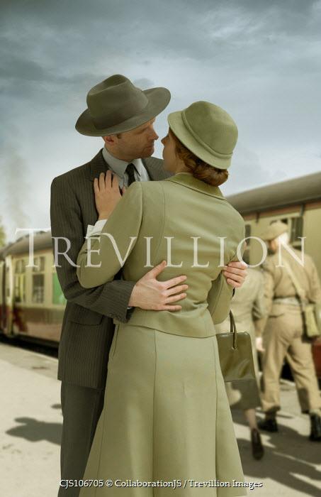 CollaborationJS WW2 COUPLE SAYING GOODBYE AT RAILWAY STATION Couples