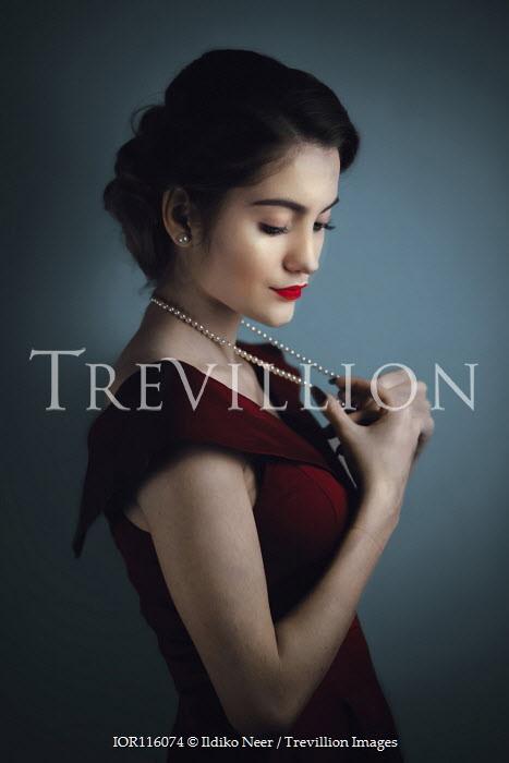 Ildiko Neer Retro woman with pearl necklace