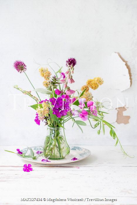 Magdalena Wasiczek SUMMER FLOWERS IN VASE ON TABLE Flowers