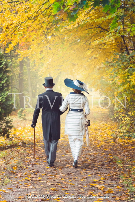 Joanna Czogala EDWARDIAN COUPLE WALKING ARM IN ARM IN COUNTRYSIDE Couples